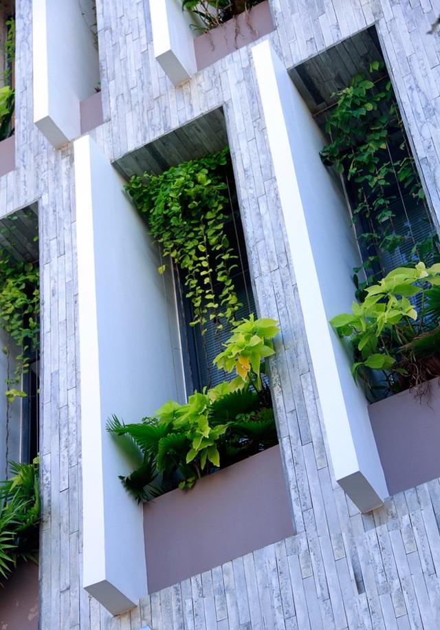 Để tiết kiệm chi phí và thời gian xây dựng, kiến trúc sư đã sử dụng các tấm bê tông đúc sẵn trong quá trình thi công. Các tấm bê tông được sắp xếp ngay vị trí mặt tiền, xen kẽ giữa những ô cửa sổ dài. Chủ nhà có thể trồng hoa, cây cảnh… để trang trí đồng thời làm giảm tiếng ồn và lọc khói bụi.