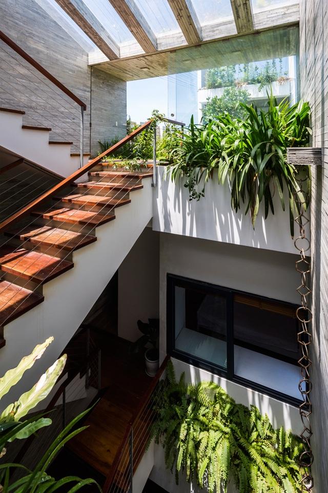 Ngôi biệt thự có chiều ngang nhỏ, sâu vào trong nên việc khai thác được ánh sáng tự nhiên và gió trời vào toàn bộ ngôi nhà là mong muốn rất lớn của chủ nhân.