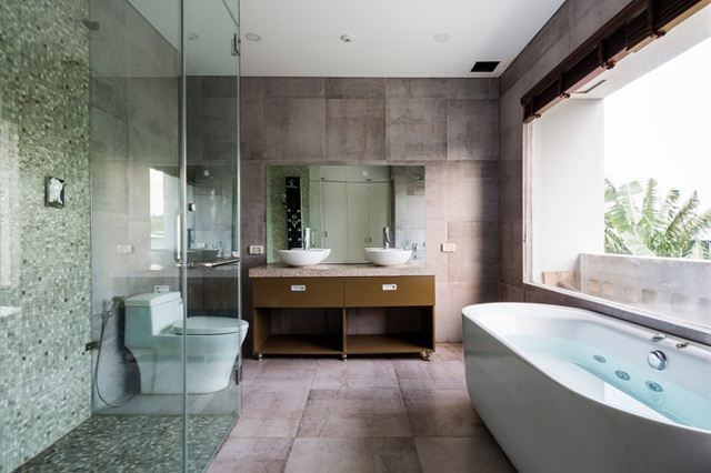 Phòng tắm hiện đại có view nhìn ra bên ngoài.