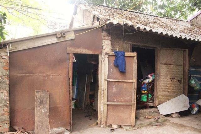 Căn nhà của bà Bình khá đơn sơ, là nơi che mưa che nắng hàng ngày.