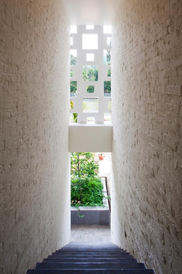 Ngôi nhà được thiết kế với hai phong cách riêng biệt: Một hiện đại để phục vụ các nhu cầu sinh hoạt của cuộc sống, một gần gũi với thiên nhiên, tốt cho sức khỏe