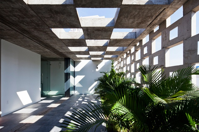Mặt tiền của ngôi nhà được xây dựng từ những tấm bê tông đúc sẵn với kích cỡ 60x40.