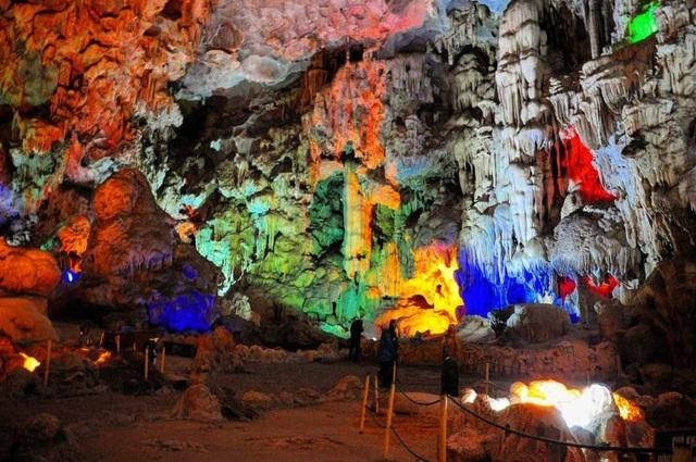 Hang Đầu Gỗ nằm trên đảo Đầu Gỗ thuộc vịnh Hạ Long, tỉnh Quảng Ninh. (Ảnh: ricky_kwee)