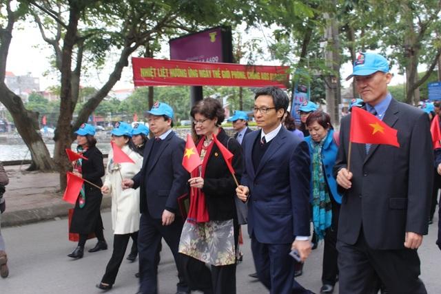 Phó Thủ tướng cùng lãnh đạo các cấp, ban, ngành, các tổ chức xã hội tham gia diễu hành sau buổi lễ mít tinh.
