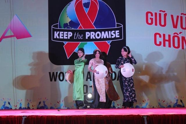 La Lam cũng rất tích cực tham gia vào các hoạt động cộng đồng.