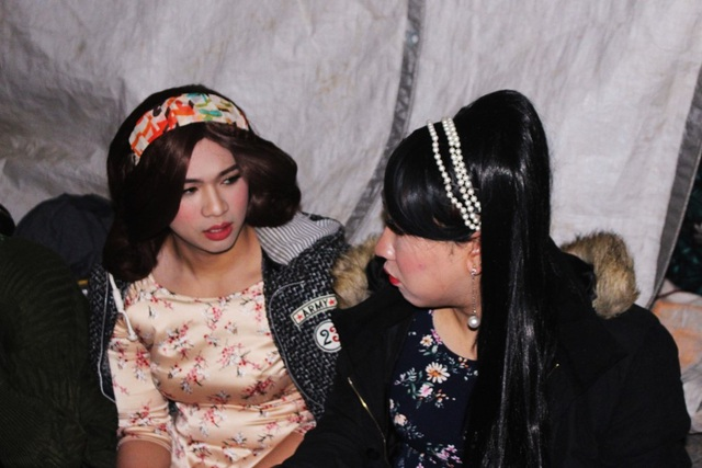 Các người mẫu trao đổi về cách trình diễn trước khi lên sân khấu.