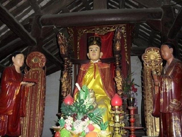 Bức tượng tạc Đức Linh Lang Đại vương có tư thế ngồi trên ngai, tay cầm văn tự.