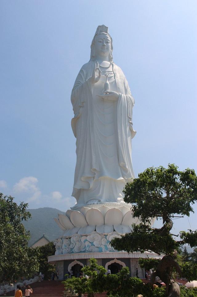 Tượng Phật Bà ở chùa Linh Ứng.