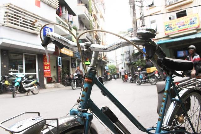 """Ông Công khẳng định: """"Nếu đem so sánh, giá trị của một chiếc xe đạp Peugeot chắc chắn hơn gấp nhiều lần so với xe máy SH đời mới. Khi đem trưng bày chúng ở các triển lãm, nhiều cụ già của lớp người cũ không ngừng trầm trồ, ngắm nghía. Có cụ về nhà rồi nhưng có vẻ vẫn không yên tâm, vội quay trở lại chụp ảnh và cố gắng nhìn cho thật """"đã mắt""""."""