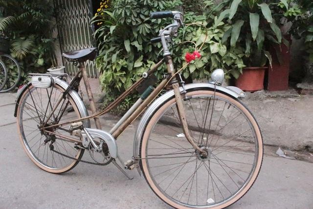 Trong ảnh là chiếc xe Peugeot được sản xuất từ năm 1957, rất hiếm thấy ở Việt Nam.