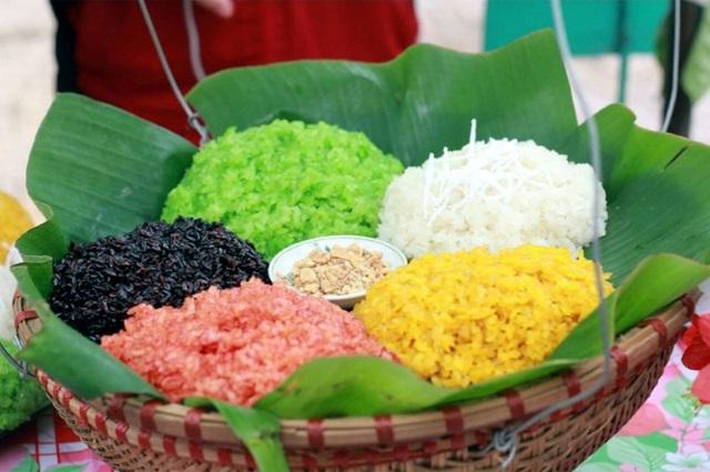 Xôi ngũ sắc Hà Giang có sắc màu nổi bật, hài hòa, tạo nên món ăn ngon mà bắt mắt.
