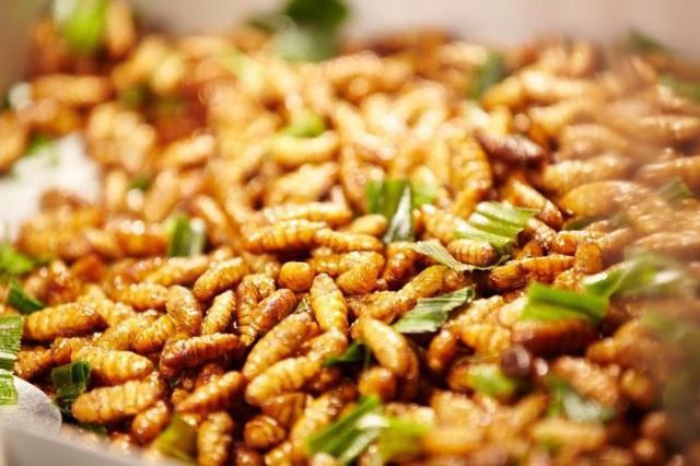 Các món ăn từ ong vò vẽ sẽ dậy vị hơn nếu nhâm nhi cùng vào ly rượu đế.