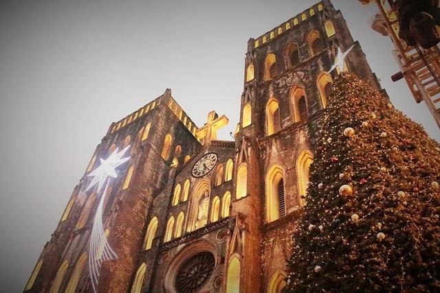 Tại nhà thờ Lớn, cây thông cao trên 8m cùng những tiểu cảnh thu nhỏ, tái hiện hang đá nơi chúa Giê- su sinh ra đã được dựng lên, thu hút rất nhiều người đến tham quan và chụp ảnh. Những ngày này, chỉ đến cuối giờ chiều là nơi đây đã đông nghẹt người, chủ yếu là các bạn trẻ và du khách nước ngoài.