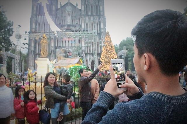 Thời tiết Hà Nội khá lạnh nhưng nhiều người vẫn cố nán lại để tận hưởng trọn vẹn không khí Giáng sinh.