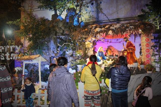 Các nhà thờ khác trên địa bàn Hà Nội cũng đã hoàn tất công đoạn trang trí. Thông thường, lễ Giáng sinh sẽ được tổ chức từ tối ngày 24/12 đến hết ngày 25/12.
