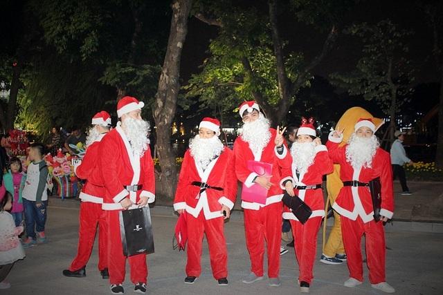 """Trên phố đi bộ xuất hiện rất nhiều """"ông già Noel"""", """"bà già Noel"""", mang theo vài chiếc kẹo hay món quà nhỏ tặng cho trẻ con và chụp ảnh miễn phí cùng các gia đình."""