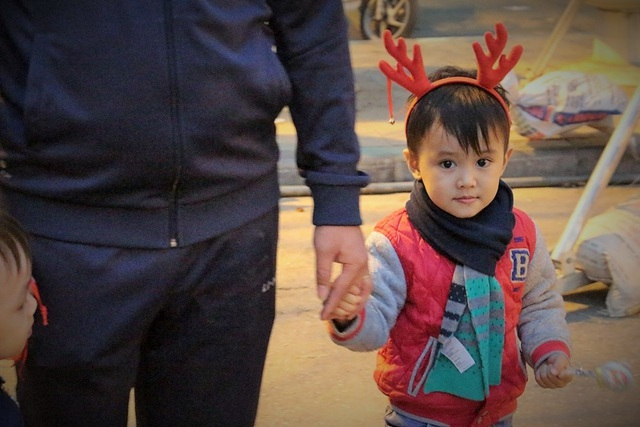 Những chiếc sừng hươu nhỏ xinh, bộ quần áo Noel càng làm khuôn mặt trẻ thơ thêm bừng sáng.