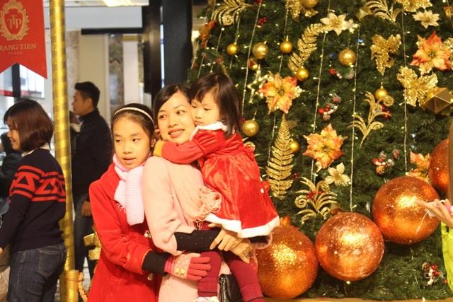 Dịp Giáng sinh, các trung tâm thương mại lớn tại Hà Nội như AEON Mall, Royal City, Vincom Tower... đều được trang trí rất hoành tráng và rực rỡ. Tại đây, mọi người có thể chụp ảnh, thưởng thức các hoạt động thú vị, chiêm ngưỡng con đường tuyết hay con đường ánh sáng được dựng lên bằng ánh đèn sáng rực và những cỗ xe tuần lộc…