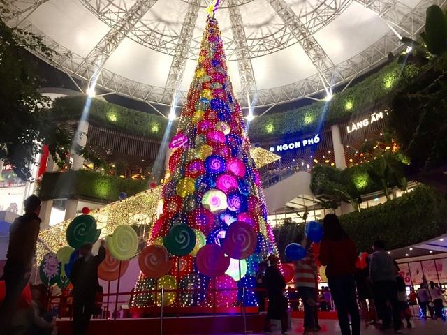 So với những nơi khác, Aeon Mall cách khá xa trung tâm nhưng vẫn được nhiều người tìm đến.