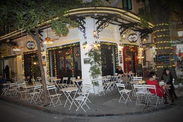 Trái ngược với sự náo nhiệt ở khu trung tâm thương mại, không gian tại các quán cà phê khá yên tĩnh nhưng màu sắc Giáng sinh vẫn bao trùm khắp nơi. Đây có thể coi là nơi khá thích hợp để ngắm nhìn đường phố lung linh và trải qua ngày nghỉ cuối tuần thật thư giãn.