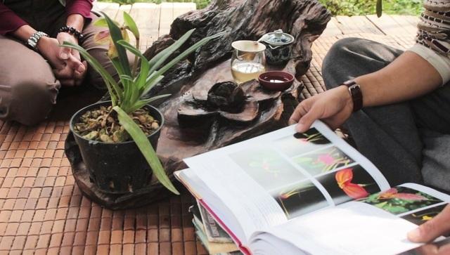 """Trong """"tổ chim"""" của anh Tuấn Anh có rất nhiều sách, hầu hết là những tài liệu về lan trên thế giới. Tất cả đều được anh cố công mua về tìm hiểu dù giá thành có lên đến vài trăm đô. Bên cạnh đó, """"ông vua lan đất Hà Thành"""" cũng có sở thích thưởng trà và đặc biệt ưa chuộng các loại trà đặt riêng từ Tây Côn Lĩnh, Tà Xùa,…"""