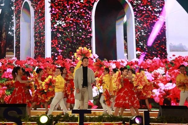 """Nam ca sĩ Dương Quốc Hưng trên sân khấu """"Giai điệu thiên nhiên""""."""