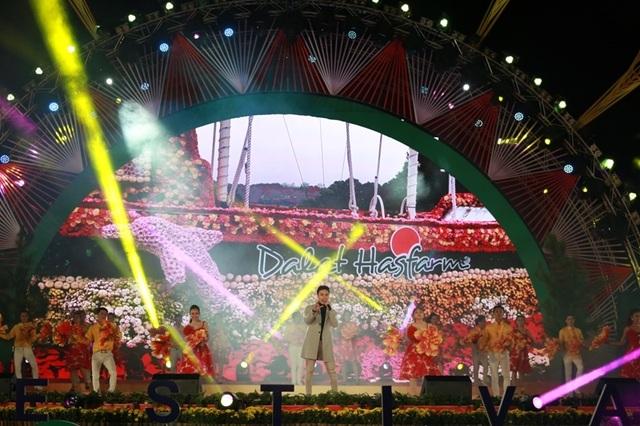 Sân khấu tỏa sáng nhờ màu sắc của những cánh hoa rực rỡ.