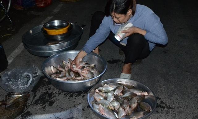 Chợ được họp ngay trên bến thuyền kênh Tha La. (Ảnh: nld)