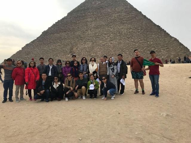 Đoàn du lịch Migola Vietnam trước Kim tự tháp Kheops