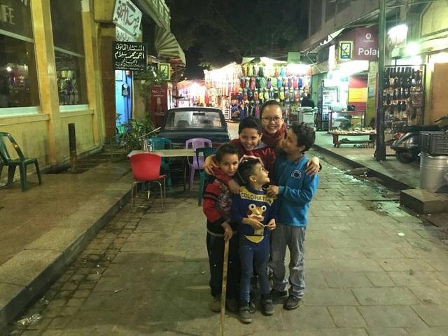 Trẻ em trong chợ rất thân thiện với khách hàng Việt Nam. Chắc không lâu nữa, những em trai này sẽ trở thành chủ nhân các quầy hàng nơi đây.