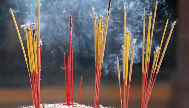 Thắp hương trong đền, chùa cũng cần được lưu ý. (Ảnh minh họa)