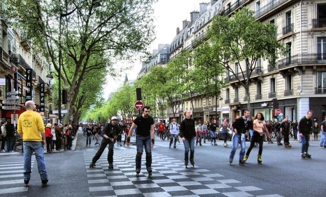 Khung cảnh phản ánh đúng chất của mùa xuân Paris: người dân tràn ra đường phố để vui chơi