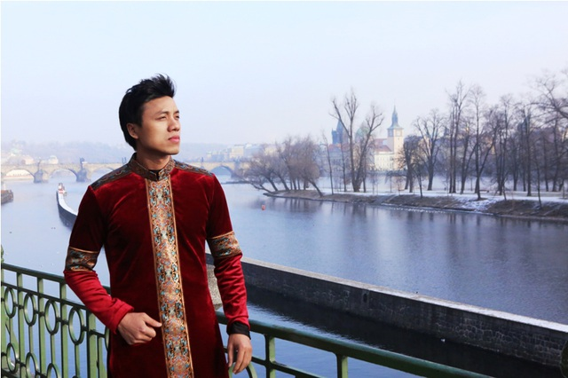 Bộ ảnh áo dài được thực hiện trong chuyến lưu diễn dịp Tết của ca sĩ Dương Quốc Hưng, lấy bối cảnh là những địa danh đẹp của Đức và Sec.