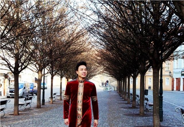 """Ca sĩ Dương Quốc Hưng được nhớ đến là một giọng ca trẻ nổi bật của dòng nhạc chính thống, nhạc xưa. Anh từng chia sẻ, việc mình gắn bó với dòng nhạc này có thể gói gọn trong chữ """"duyên""""."""