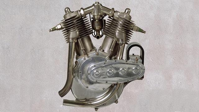 Harley-Davidson Motor Company cho ra mắt dòng động cơ V-Twin đầu tiên vào năm 1909, sau khi thương hiệu này ra đời được 6 năm. Động cơ có dung tích 730cc, làm mát bằng gió và cho công suất 7 mã lực.