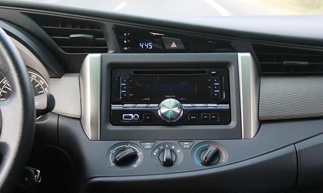 Còn đối với phiên bản G và E (ảnh trên) chỉ có đọc đầu CD với 6 loa dù vẫn có kết nối bluetooth, USB, AUX…