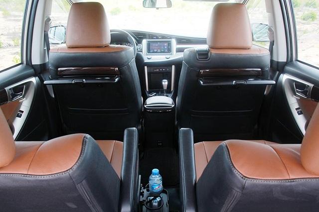 Ngoài ra, Toyota Việt Nam khá hào phóng khi trang bị tựa đầu đầy đủ cho phiên bản G và E với 8 chỗ, và đương nhiên cả phiên bản V với 7 chỗ (hàng ghế thứ hai có 2 ghế độc lập).