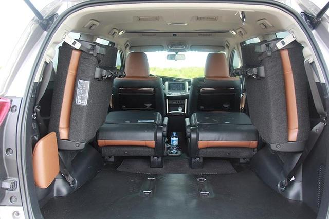 Toyota Innova vẫn giữ ưu điểm về hệ thống điều hòa tự động với hai giàn lạnh với cửa gió cho tất cả các hàng ghế (riêng bản E là điều hòa chỉnh tay)