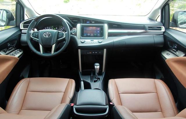 Bên trong xe, nếu phiên bản V (ảnh trên) được ưu ái với ghế da (sản xuất trong nước) điều chỉnh điện 8 hướng cùng các mảng ốp gỗ trang trí và đường viền màu bạc thì phiên bản G và E sử dụng ghế nỉ, điều khiển cơ, nội thất không được ốp gỗ (phiên bản G chỉ có viền màu bạc).