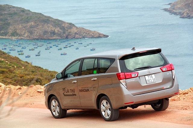 Toyota Innova mới có kích thước 4735 x 1830 x 1795mm (dài, rộng, cao) chiều dài cơ sở 2.750mm, bán kính vòng quay tối thiểu 5,4m, dung tích bình nhiên liệu 55 lít và trọng lượng không tải 2.330 - 2.730kg. Với kích thước này, Innova thế hệ thứ hai dài hơn thế hệ cũ 150mm, rộng hơn 70mm và cao hơn 35mm, thay đổi này giúp khoang xe cao hơn 10mm và rộng thêm gần 20mm.