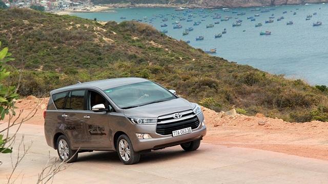 Cũng giống như ở các thị trường khác, Toyota Innova thế hệ thứ hai tại Việt Nam có ngoại thất thay đổi mới hoàn toàn với cụm đèn pha mới, lưới tản nhiệt cách điệu mang đường nét thiết kế của mẫu SUV - Highlander và cụm đèn hậu hoàn toàn mới (theo chiều ngang), thay thế cho thiết kế kéo dài từ trên xuống ở thế hệ thứ nhất.