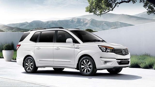 Ssangyong Turismo tham gia phân khúc minivan, có 9 chỗ ngồi sử dụng động cơ diesel 2.0L công suất 154,5 mã lực và momen xoắn cực đại 360Nm, dẫn động cầu sau, đi kèm hai lựa chọn hộp số sàn 6 cấp và tự động 5 cấp. Ssangyong Turismo có giá bán từ 891 đến 985 triệu đồng.