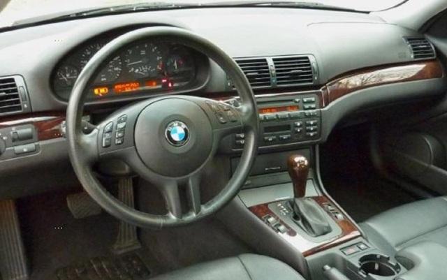 Cụm túi khí trên tay lái của chiếc BMW 318i phiên bản 2005