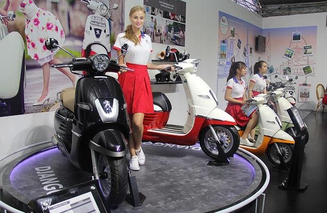"""Hai ngôi sao """"lạc"""" tại Triển lãm ôtô quốc tế Việt Nam 2016 - 1"""