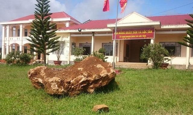 Tảng đá lạ nặng 20 tấn đang được giữ tại trụ sở UBND xã Lộc Tân, huyện Bảo Lâm