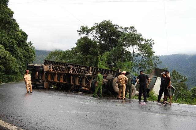 Container tông ô tô trên đèo, 6 người mắc kẹt trong xe - 1