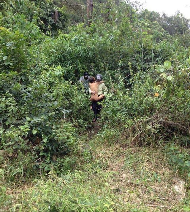 Lực lượng chức năng đưa nạn nhân ra khỏi rừng