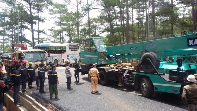 Sau vụ tai nạn thảm khốc trên đèo Prenn vào sáng ngày 19/6, khiến 8 người chết và hàng chục người bị thương, UBND tỉnh Lâm Đồng đã tạm thời cấm các phương tiện lưu thông qua đèo vào ban đêm