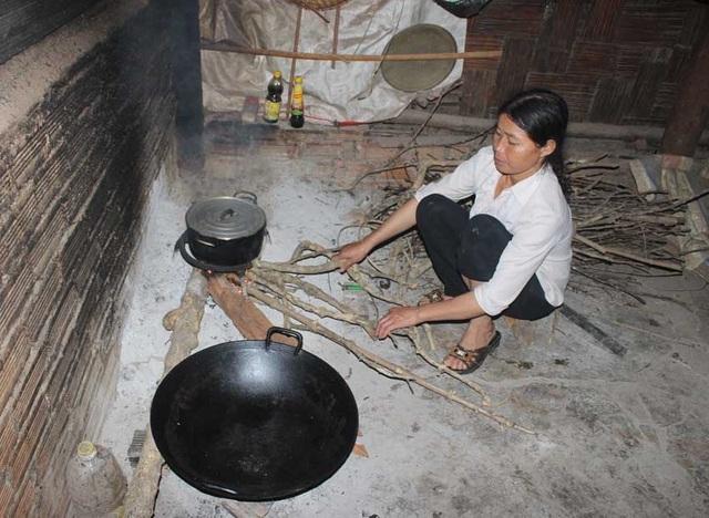 Chị Lương Thị Hương đang chuẩn bị bữa trưa cho các con