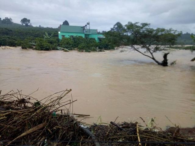 Đập Kala xả lũ nhấn chìm nhà nhiều nhà cửa, cây trồng của người dân